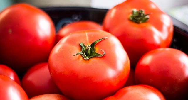 گوجهفرنگی-یازده خوراکی برای جذابیت پوست زنان-فروشگاه اینترنتی آجیل و خشکبار هفت مغز-وبلاگ هفت مغز